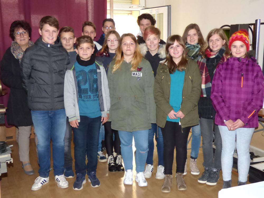 Sie sehen Bilder des Artikels: Die Klasse 8b zu Besuch bei Dieter Neumanns Fotolabor-Ausstellung